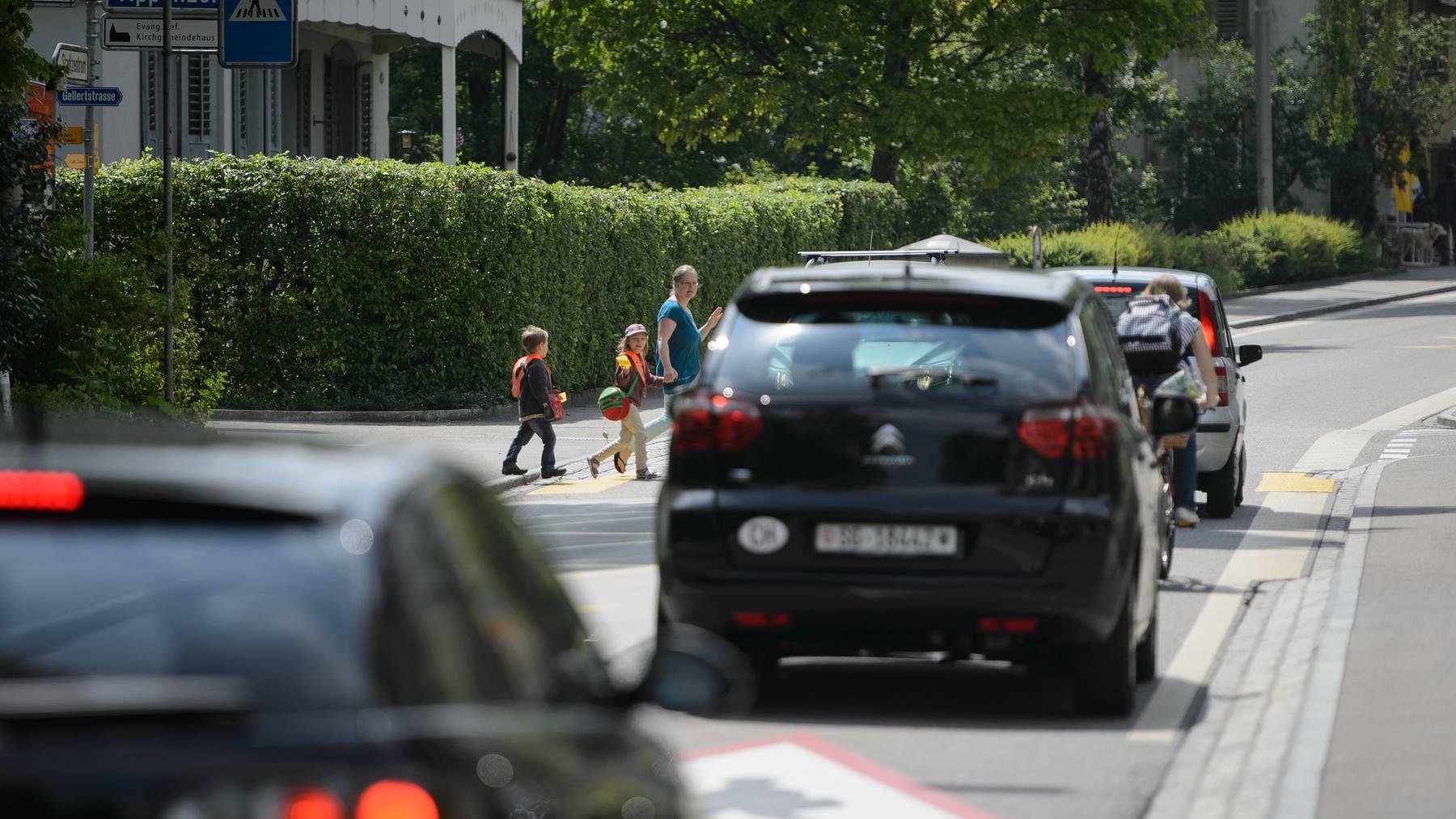 Die St.Georgen-Strasse passieren täglich Dutzende Schulkinder.