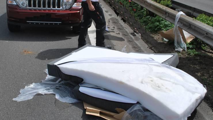 Eine Matratze fiel auf der Autobahn A2 von einem Anhänger und wirbelte auf die Gegenfahrbahn, wo sie von einem Auto erfasst wurde.