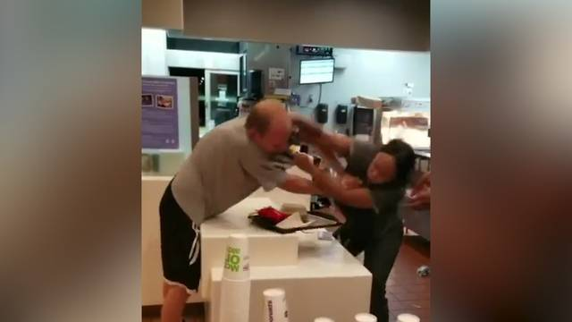 McDonald's-Mitarbeiterin und Gast prügeln sich