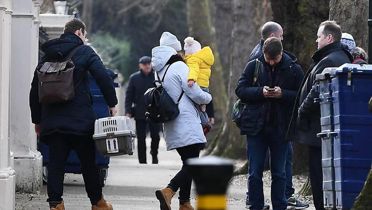 Russische Diplomaten und ihre Familien verlassen die Botschaft in London. Inklusive der Angehörigen sind etwa 80 Personen von der Ausweisung betroffen.