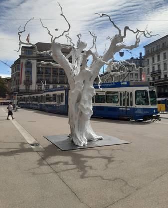 «Snow Moon» von Ugo Rondinone auf dem Paradeplatz.