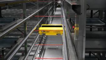 """Der Roboter """"Coby"""" rauscht mit maximal 9 km/h durch das vollautomatisierte Kleinteile-Lager von Fust."""