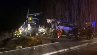In Frankreich hat ein Regionalzug einen Schulbus erfasst. Vier Menschen sind getötet worden.