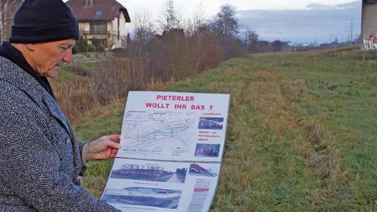 Hans-Rudolf Flühmann zeigt, wo der Autolager- und Abstellplatz entstehen soll. Die Beschwerde gegen das Projekt hat erzurückgezogen, weil er sie für aussichtslos hält.
