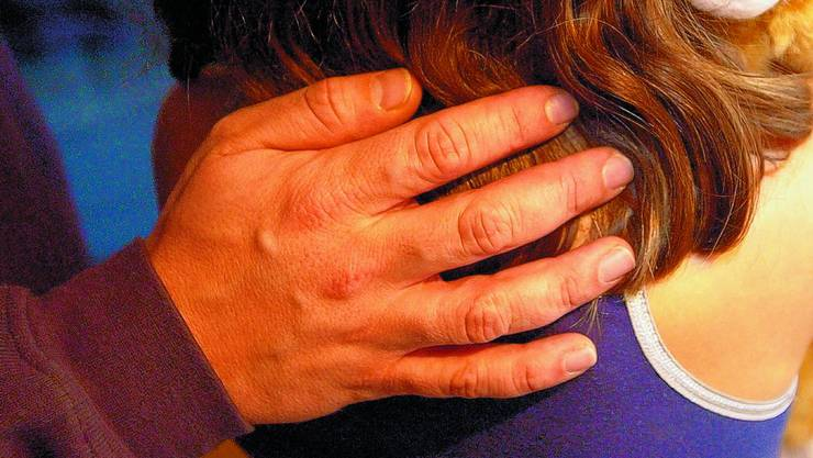 Der damals 36-jährige soll die 13-Jährige genötigt haben, als er sie beim Kiffen erwischte. Danach missbrauchte er sie während zwei Jahren sexuell.