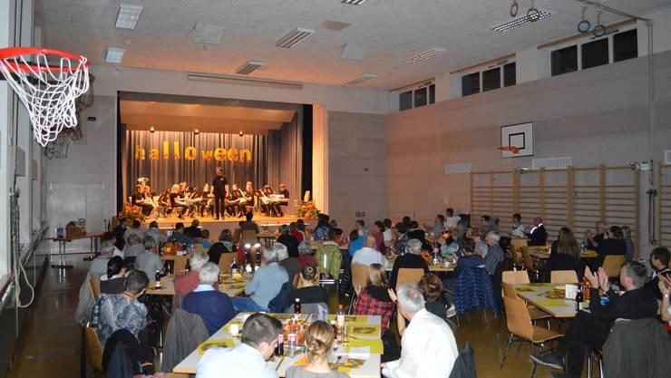 Das Publikum applaudiert dem Jugendspiel Schenkbergertal