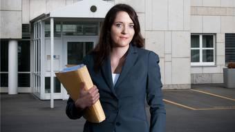 Die junge Staatsanwältin Runa Meier fotografiert vor dem Bezirksgericht Unterkulm.