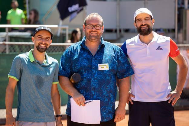 Turnierleiter Roman Bachmann flankiert von David Pfaff (links) und Philippe Sudan.