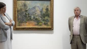 """Die Berner Museumsdirektorin Nina Zimmer und Philippe Cézanne von der Familie des Künstlers informieren über die Einigung im Streit um das Gemälde """"La Montagne Sainte-Victoire""""."""
