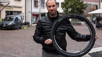 Michel Manz präsentiert seinen «Onza Greina»: Der Reifen dämpft besser als diejenigen der Konkurrenz.