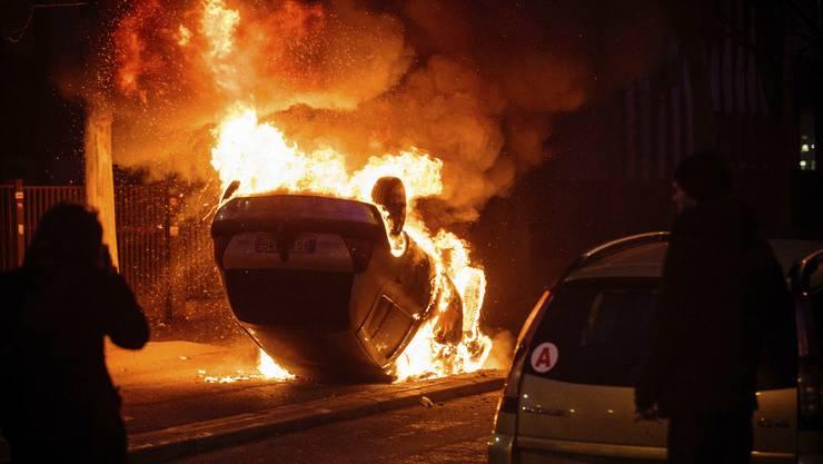 Bei einer Demonstration gegen Polizeigewalt in einem Pariser Vorort ist es zu gewalttätigen Ausschreitungen gekommen.