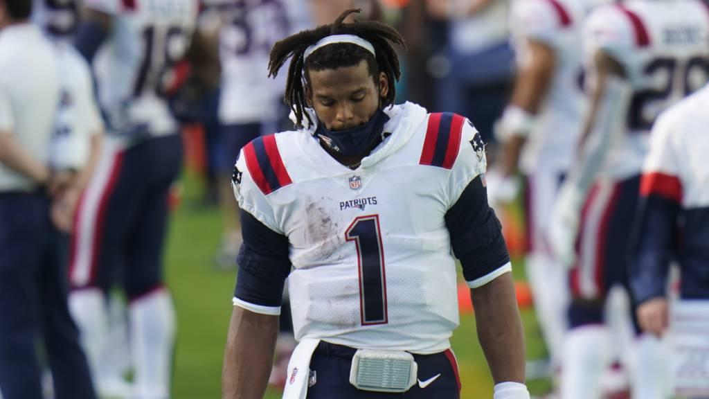 New England Patriots Quarterback Cam Newton an der Seitenlinie während der ersten Hälfte des verlorenen Spiels auswärts gegen die Miami Dolphins