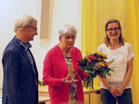 Verena Hirth (Mitte) erhält den Fokuspreis von Alzheimer Aargau.