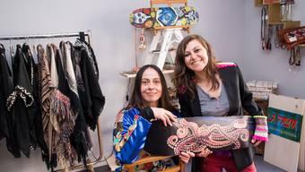 Lidia Melcón und Tehuia Avila (rechts, sie trägt einen Blazer von Bless The Mess) haben Mut bewiesen: Mit handgemachten Einzelstücken im Ethno-Stil sagen sie dem Onlinehandel den Kampf an.