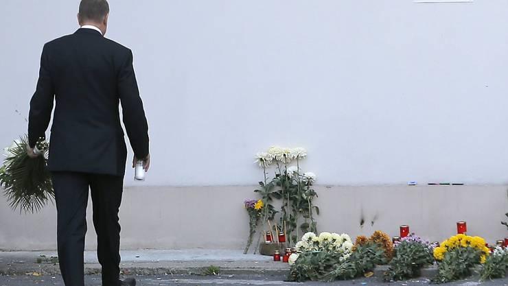 Der rumänische Präsident Klaus Iohannis legt Blumen für die Opfer der Brandkatastrophe in einem Bukarester Nachtclub nieder. 27 Menschen kamen bei dem Unglück ums Leben.