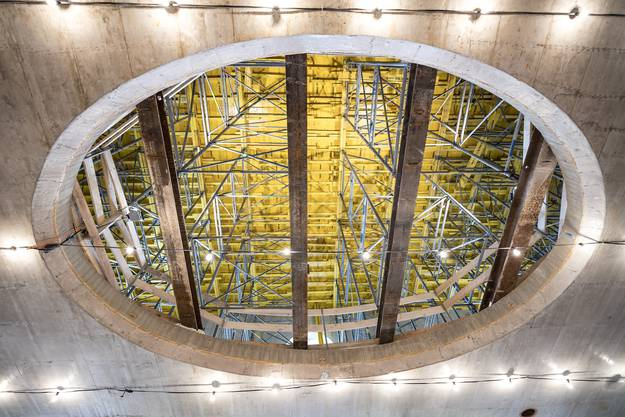 Ein ovales Loch in der Decke des neuen Foyers.