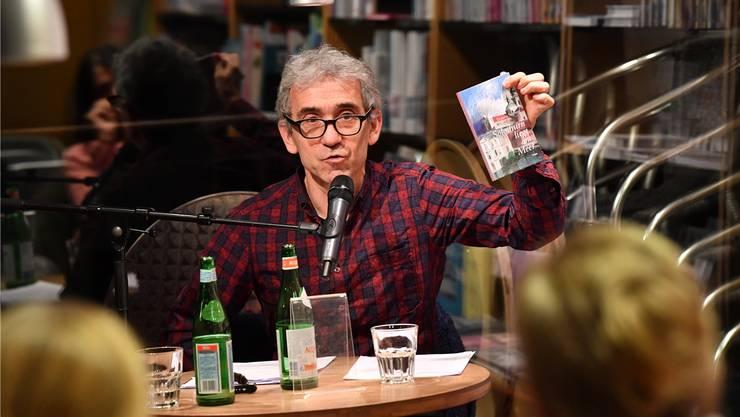 Der Solothurner Schriftsteller Franco Supino in der Buchhandlung Schreiber während des Müsterli-Abends.