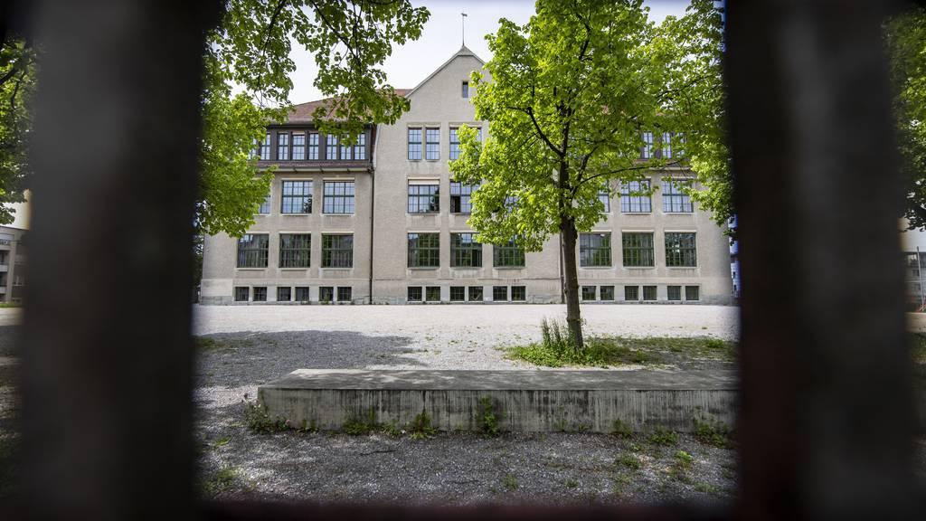 Der Reallehrer des Schulhaus Buchental wurde wegen verbaler Entgleisungen fristlos entlassen.