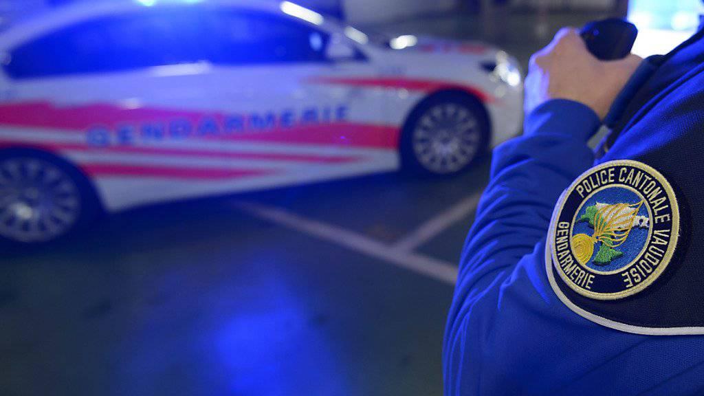 Ein 34-Jähriger starb am Sonntagabend bei einem Verkehrsunfall in der Nähe von Villeneuve VD, weil er sich nicht mehr aus seinem brennenden Fahrzeug befreien konnte (Archivbild).