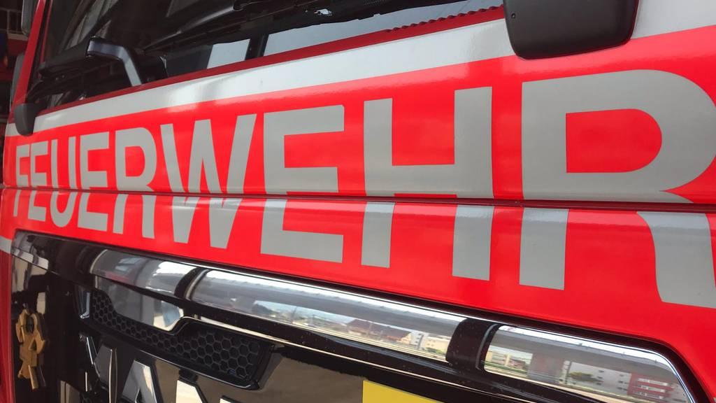 Brand an Fassade – Feuerwehr muss Personen evakuieren