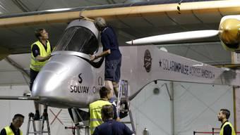 Das Solarflugzeug wird für den Flug vorbereitet