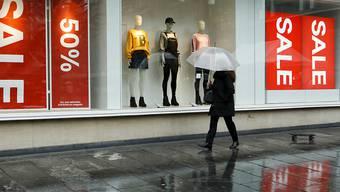 Die Kleiderkette H&M hat im zweiten Geschäftsquartal enttäuschend wenig Umsatz erzielt. (Archiv)