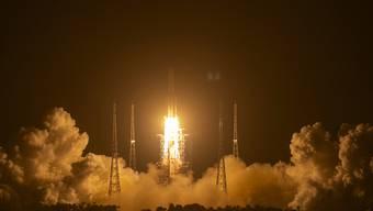 ARCHIV - Die Rakete vom Typ «Langer Marsch 5», die das Raumschiff «Chang'e 5» ins All bringt, bei ihrem Start in der vergangenen Woche. Foto: Mark Schiefelbein/AP/dpa