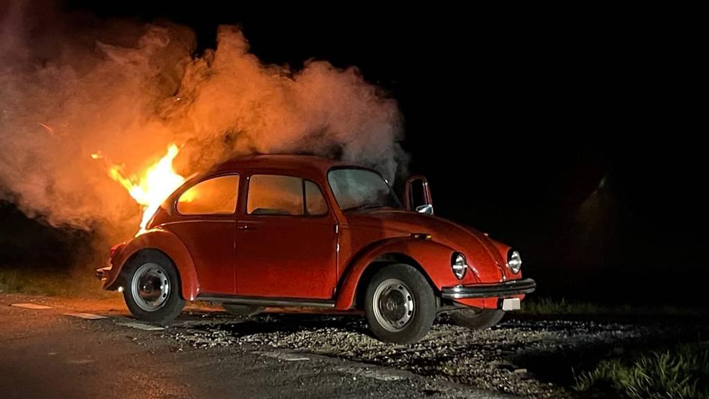 Roter VW Käfer ging in Flammen auf
