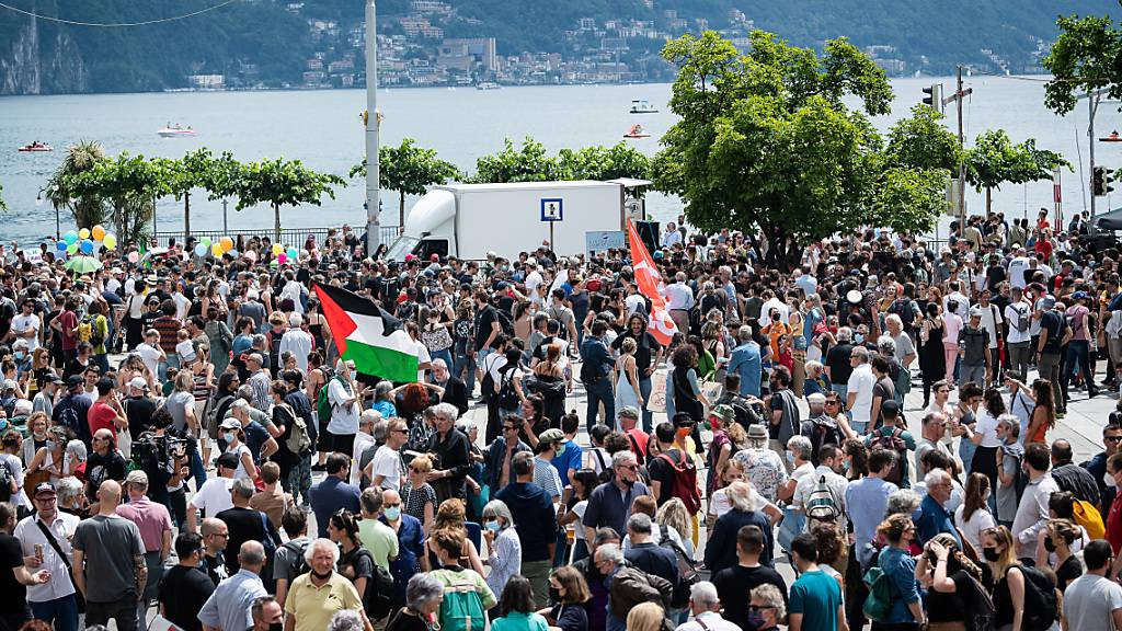 Rund 500 Personen haben am Samstag in Lugano friedlich gegen den Abbruch des Kulturzentrums demonstriert