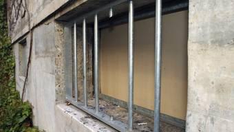 Gefängniszellenfenster mit durchgesägtem Gitter. (Symbolbild)