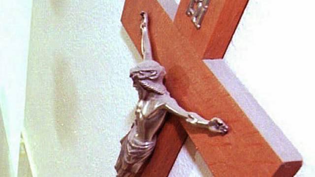 Kruzifix an einer Wand (Archiv)