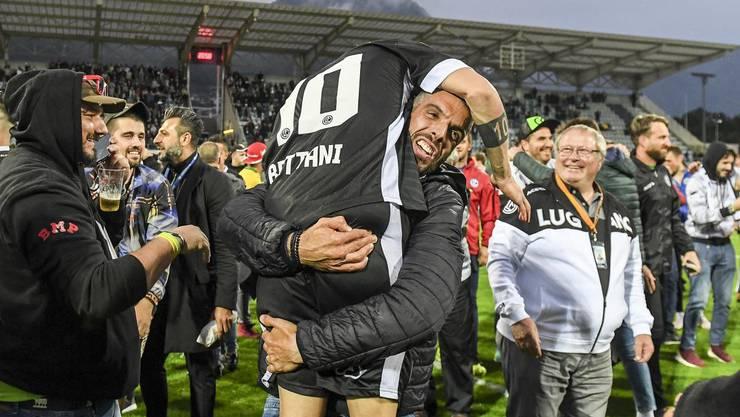 Lugano-Trainer Fabio Celestin herzt Mattia Bottani nach der Euro-League-Qualifikation.