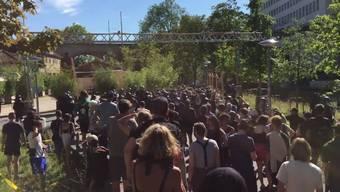 Am Samstagnachmittag versammelten sich in Basel rund hundert Personen bei einer unbewilligten Kundgebung vor dem Waaghof, einem Untersuchungsgefängnis und dem Sitz der Basler Staatsanwaltschaft.