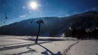 Das Bild trügt: Zwar ist die Szenerie auf dem Balmberg wunderschön, aber für den Betrieb des Kinderliftes ist die Schneedecke zu dünn.