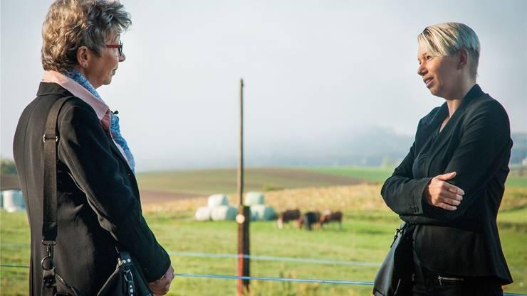 Petra Bornhauser (links) sprachbei den Dreharbeiten mit Andrea Rodrigues. Die beiden Witwen denken auch heute noch an ihre Ehemänner. SRF