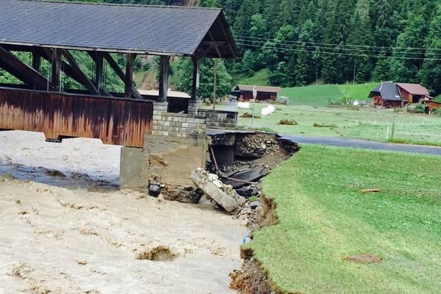 Diese Brücke wurde vom Wasser fast weggespült