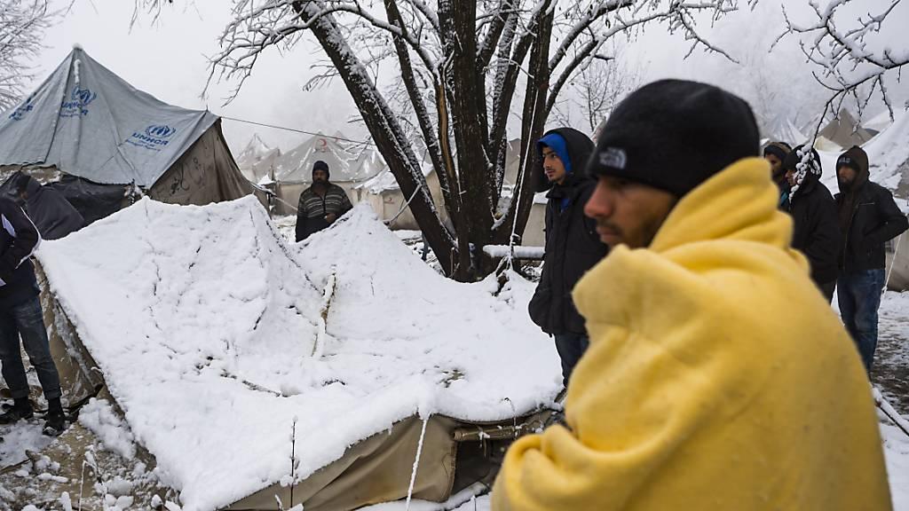 Proteste bei Besuch von Dunja Mijatović in Flüchtlingslager