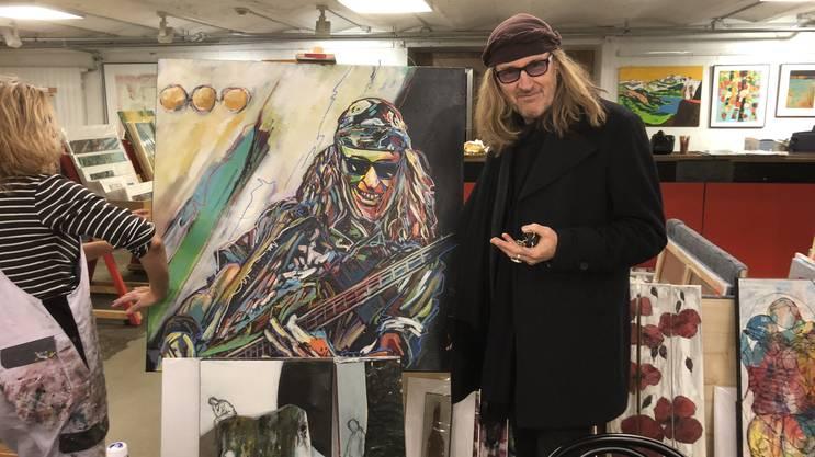 Die Künstlerin Priska von Gunten stellt derzeit im Solothurner Kunstsupermarkt unter anderem ein Bild von Chris von Rohr aus. Am Wochenende hat der Musiker das Gemälde signiert.