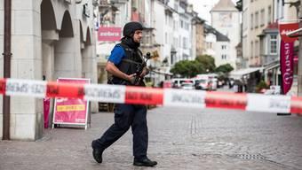 Polizei-Grosseinsatz in Schaffhausen: Ein Mann hat mit einer Motorsäge ein Bürogebäude gestürmt und fünf Personen verletzt.