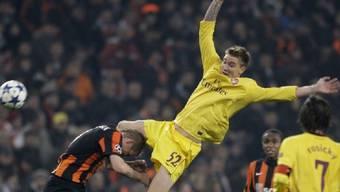 Arsenals Nicklas Bendtner verliert den Boden unter den Füssen - sein Team das Spiel in Donezk