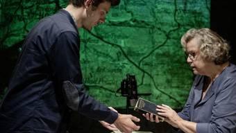 """Nikola Weisse (r) und Thomas Gamma (l) bringen das Stück """"Vaters Aktentasche"""" ins Theater an der Winkelwiese in Zürich. Uraufführung war am 21. September 2019."""