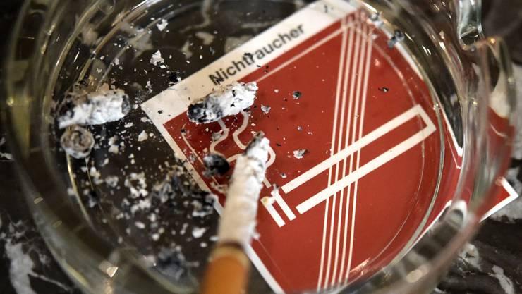 Die Regierungskoalition wollte ein komplettes Rauchverbot in der österreichischen Gastronomie kippen - der Widerstand gegen die Pläne ist jedoch gross. (Themenbild)
