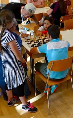 Der Schach-Trainer Zeljko Knezevic in seinem Element.
