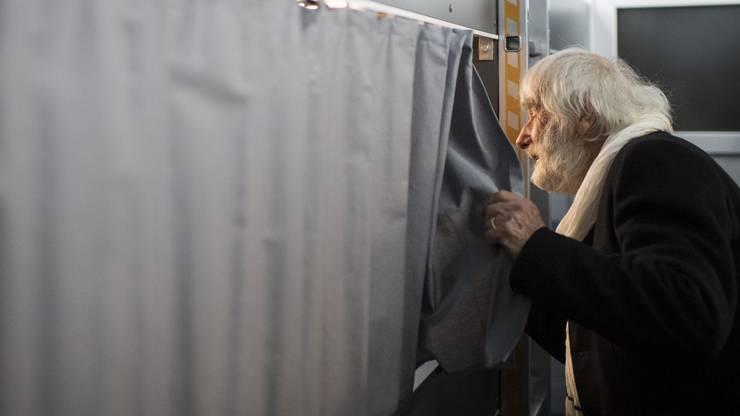 Pfarrer Ernst Sieber posiert 2016  in seinem neuen Pfuusbuss im Albisgueetli