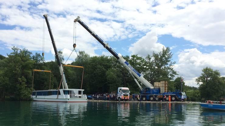 Mithilfe von zwei Kränen wurde das Hallwillerseeschiff ohne Komplikationen zu Wasser gelassen.