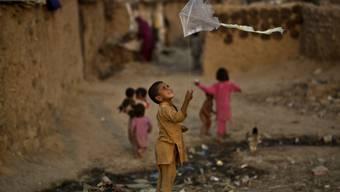 Ein Junge spielt in Islamabad mit einem Drachen - Pakistans grösste Provinz Punjab hat das Drachensteigen verboten und setzt im Kampf gegen den Kindersport sogar Drohnen ein (Archiv)