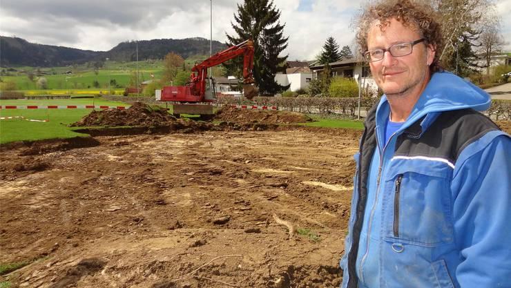 Hier entsteht die Spiel- und Bewegungslandschaft: Urs Aschmann auf der Baustelle in Gipf-Oberfrick.