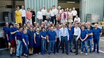 Er steht inmitten des Personals (rechts neben ihm im weissen Hemd Geschäftsführer Daniel Omlin). Hinten unter anderem einige Vertreter des Aktionariats und der neue Präsident Kaspar Hemmeler.