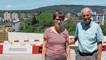 Präsidentin Claudia Schilling und Fredy Bolt vom Quartierverein stehen in Windisch auf der Habsburgbrücke. Für die neue Strasse müssten Bäume weichen.