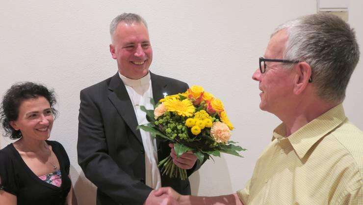 Kirchenpflegemitglied Michaela Tedesco und Kirchenpflegepräsident Karl Geiger gehörten zu den ersten Gratulanten von Adrian Sutter (Mitte).